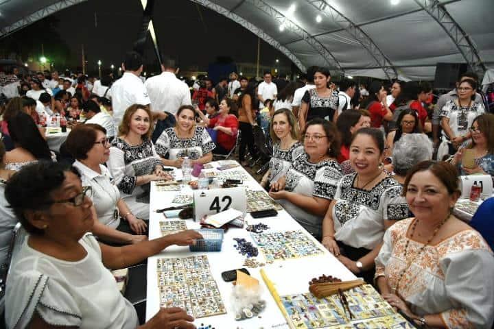 Personas jugando loteria campechana Foto: Nuestra gente Campeche