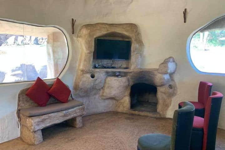 Sala de estar dentro de la cabaña Picapiedra. Foto: cabanas_mazamitla_la_sierra