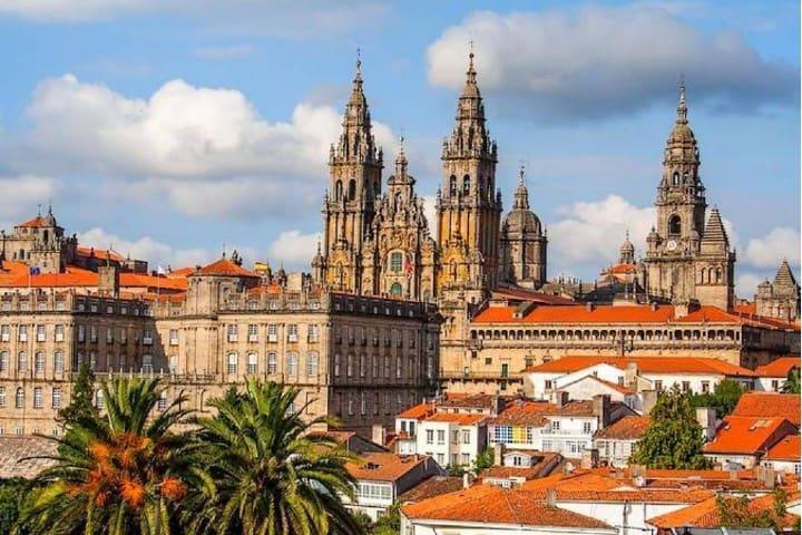 También visita Santiago de Compostela Foto: Trip Savy