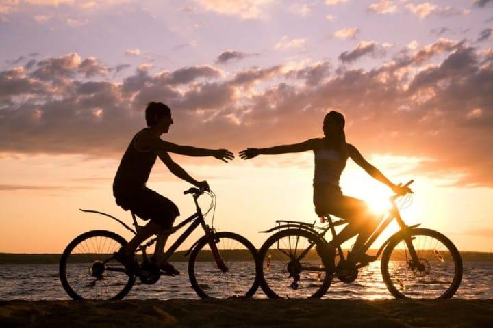 Ten un romántico paseo en la playa Foto: Somos Bici