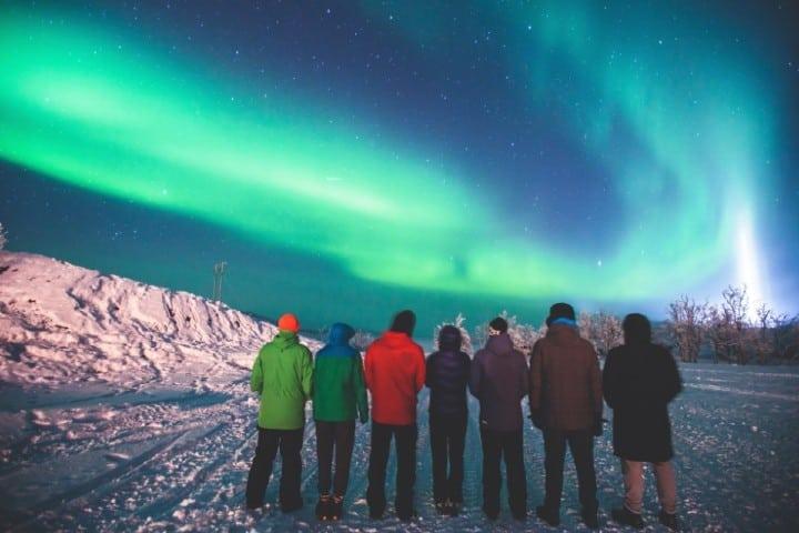 Una noche luminosa con amigos admirando las Aureolas Boreales de Tromsø Foto: Blog.logitravel