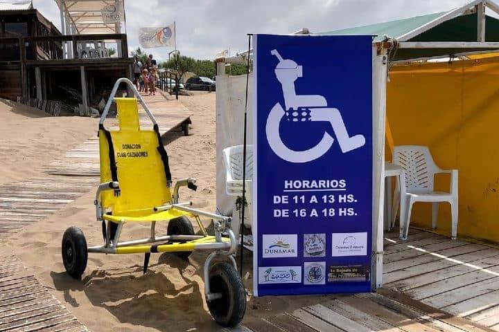 Apoyo de una silla anfibia Imagen: disfrutandodeunaplayaaccesible, ¿Qué es el turismo incluyente?