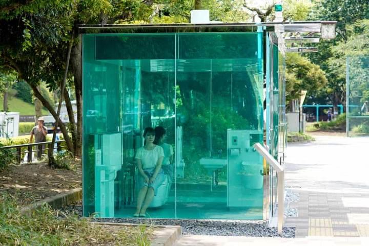 Baños transparentes de Tokio, Japón. Foto derecho zapatillas