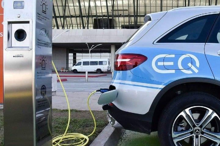 Ahora tambien hay cargador de autos eléctricos Foto: Aeropuerto Carrasco