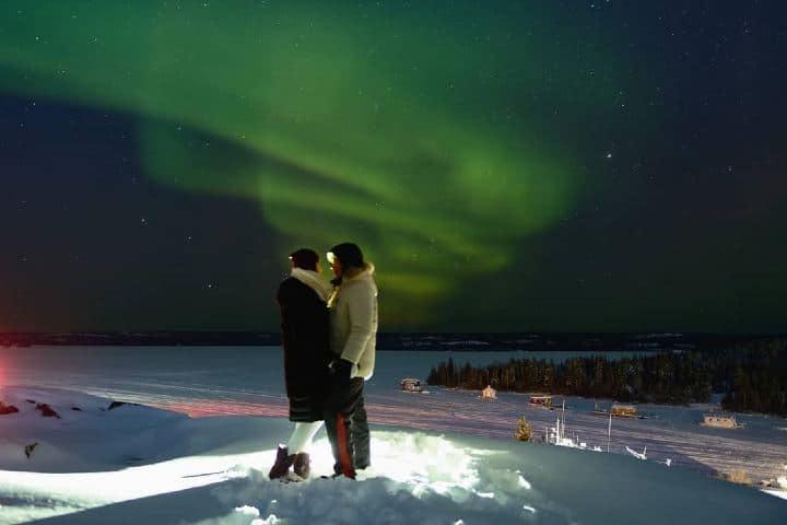 Disfruta en pareja las auroras boreales en Canadá. Imagen: hoiyan72