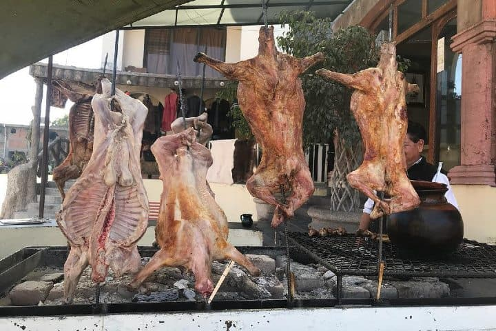 El cabrito es un platillo que en Nuevo León se acostumbra en reuniones familiares. Foto: Compadre Gastón Tours