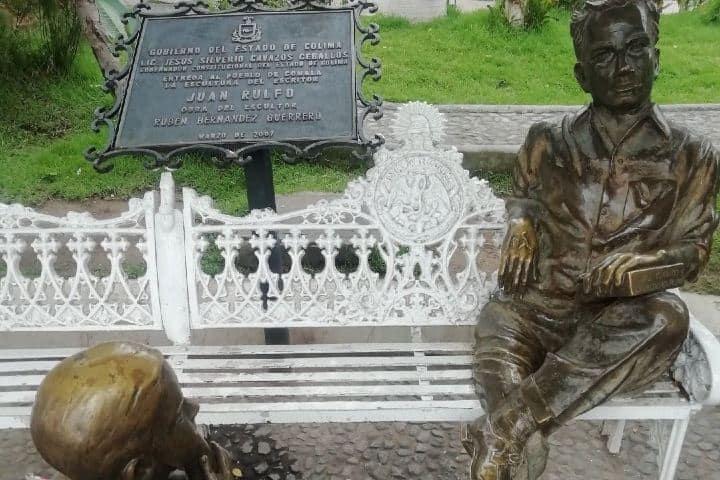 Estatua de Juan Rulfo en el Jardin Central de Comala. Foto: blancaedithgomor