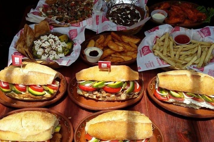 Deleita a tu paladar con un lonche de pierna, pollo o queso. Foto: Lonches amparito