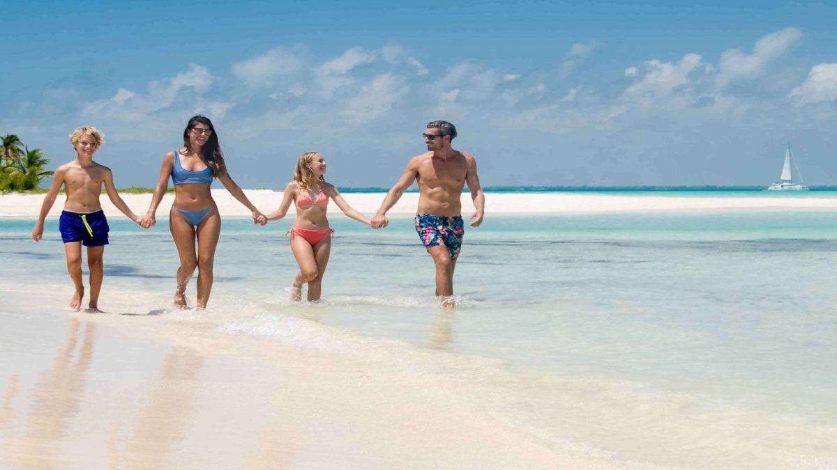 Familia en playa. Foto: Mia Reef Isla mujeres