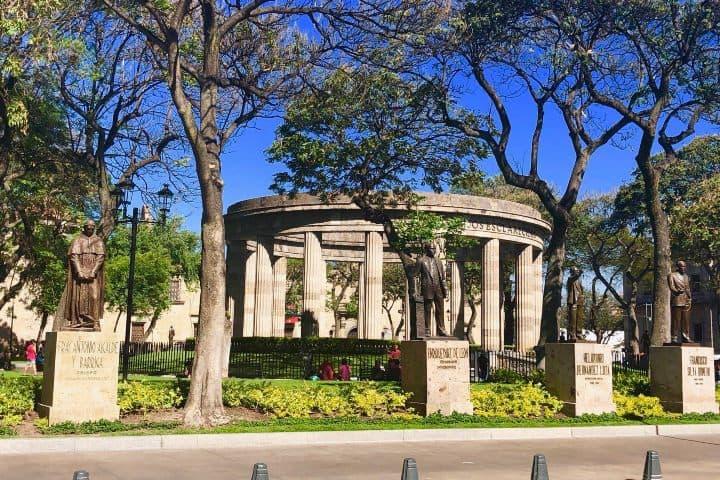 Figuras de bronce en la Rotonda de los Jalicienses Ilustres, Jalisco. Foto: El Evangelio Eterno