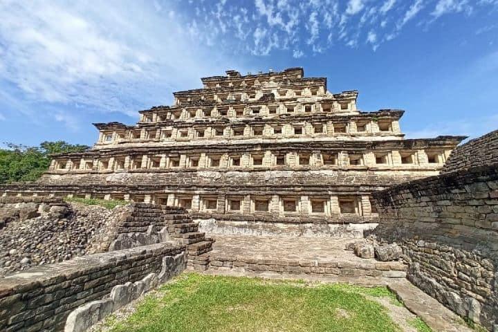 Hermosa vista de la Pirámide de los Nichos y parte de un juego de pelota. Foto: viviendomundoafora