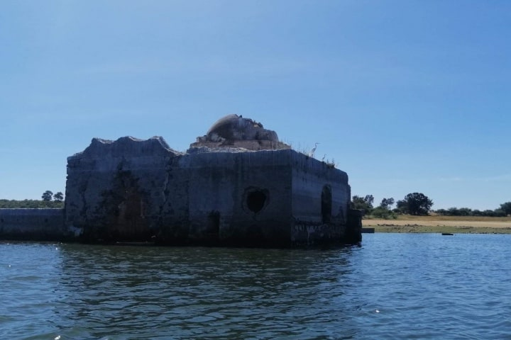 La iglesia se encuentra bajo el agua y hay ocasiones que llega a la cúpula. Foto: Fernando Bautista