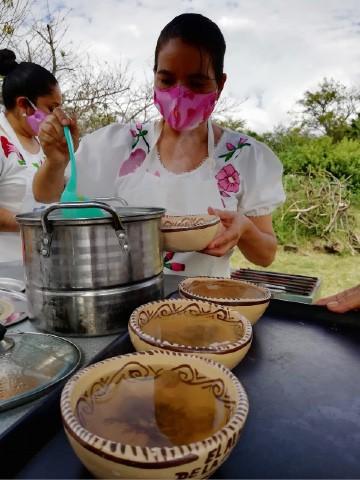 Las Cocineras Tradicionales te transportan a casa con cada platillo. Foto: Julio García Castillo