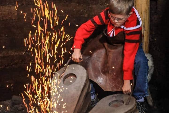 Los pequeños también pueden realizar las actividades vikingas. Foto: kevintupmanphotography