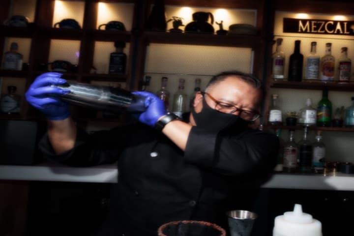 Los tragos ya se están preparando. Foto: Cotidiana Cocktail Bar | Facebook