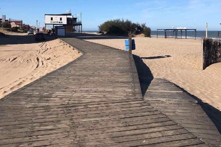Playa con un gran templete para mejor movilidad. Imagen: turismoaccesible