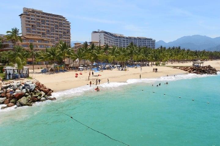 La playa en Puerto Vallarta puede funcionar como tu oficina. Foto: Friendly Vallarta