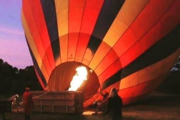 Preparando el gran globo para una aventura como ninguna otra. Foto: masai_mara_safari