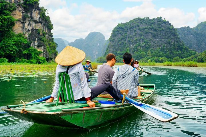Disfruta del recorrido por la Bahía Ha-Long de Vietnam. Foto: Rojo Cangrejo