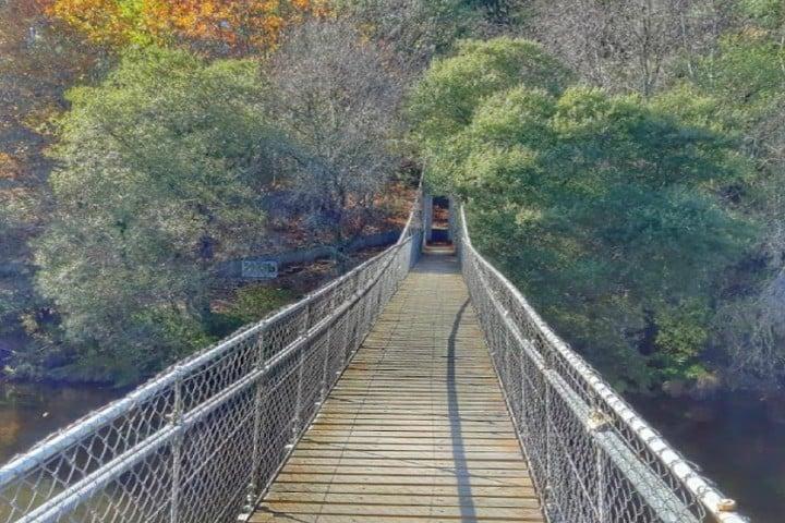 Un puente colgante sobre el Caño del Paraíso Fotos: Seseixa