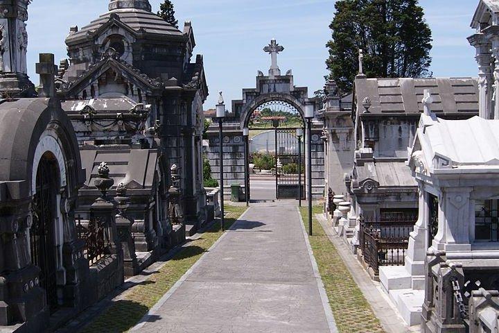1200px-Avenida_principal_del_Cementerio_Municipal_de_La_Carriona-2
