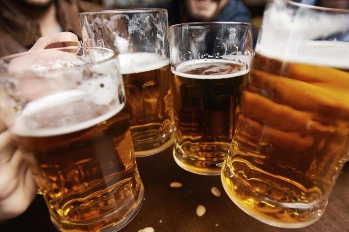 Amigos-bebiendo-Cerveza.-Foto-Pinta-Magazine