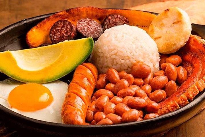 Bandeja-comida-tipica.-Foto-por-Bogota-Colombia-