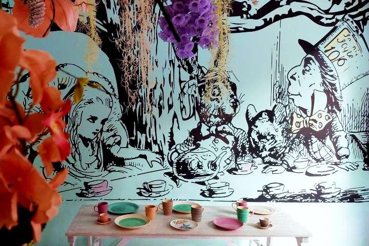 Los detalles del lugar son inspirados en la historia. Foto: Down the Rabbit Hole