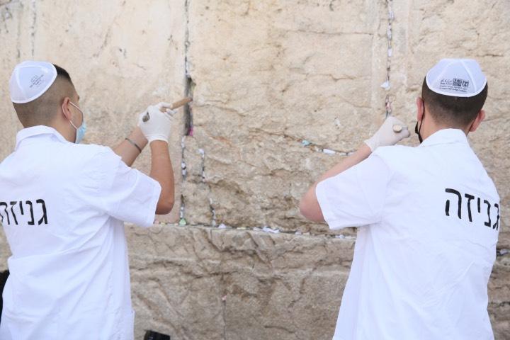 Con medidas sanitarias fueron retiradas las notas que son dejadas en el Muro de los Lamentos. Foto: Archivo