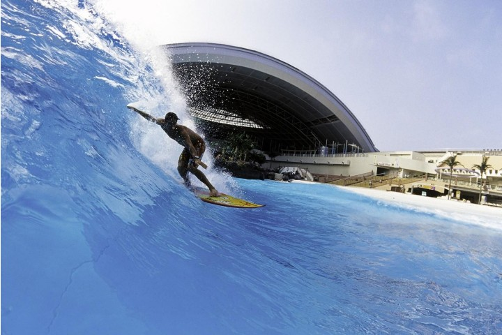 Sé el rey de las olas en el parque acuático Seagaia Ocean Dome. Foto: National Geographic
