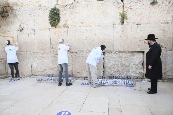 El rabino estuvo presente en el proceso de retirar las peticiones. Foto: Archivo