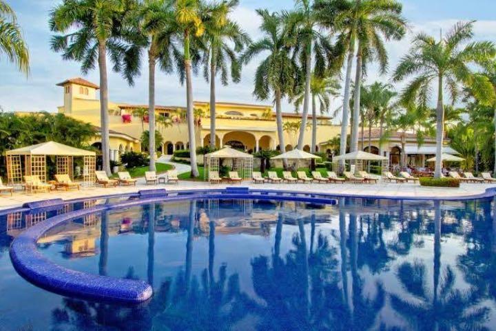Hotel Casa Velas tiene una de las mejores albercas de Puerto Vallarta. Foto: Booking