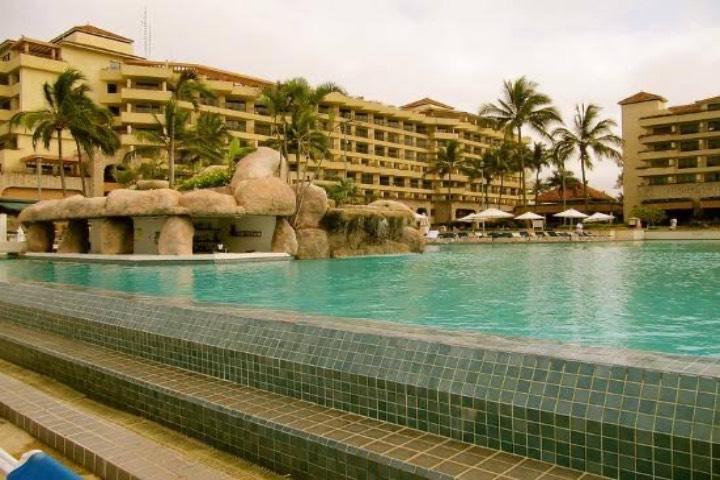 La alberca de este hotel está a pocos pasos del mar. Foto: TripAdvisor