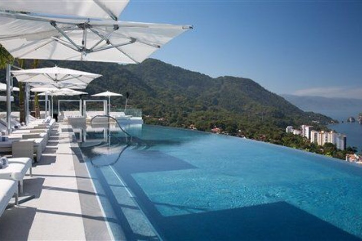 La alberca del Hotel Mousai es una de las más impresionantes de Puerto Vallarta. Foto: Archivo