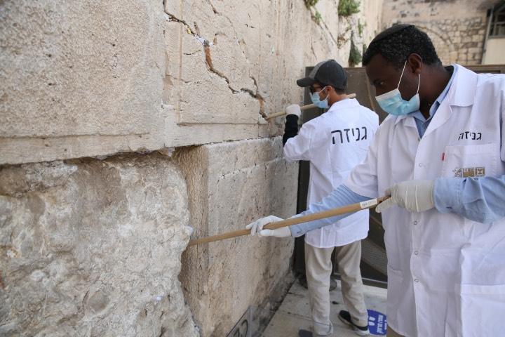 Las notas que son dejadas en el Muro de los Lamentos son retiradas después de un tiempo por miembros de la fundación del mismo sitio sagrado. Foto: Archivo