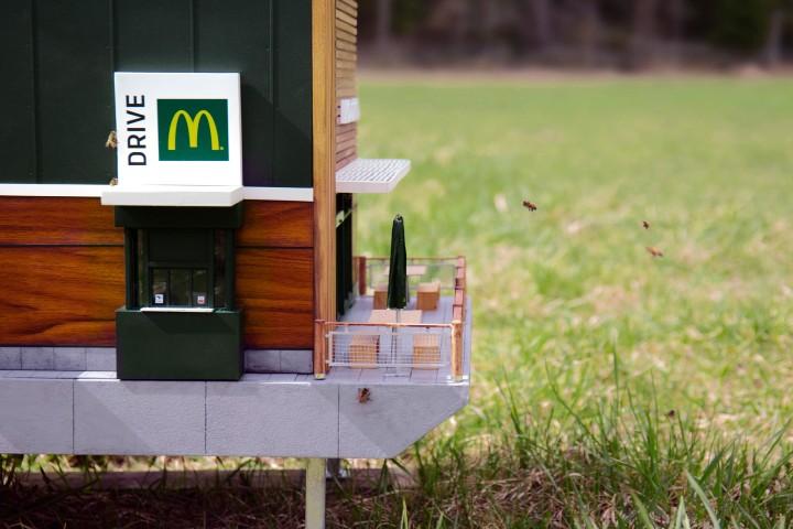 Los detalles en el McDonald's de abejas son impactantes por dentro y por fuera. Foto: Food & Wine