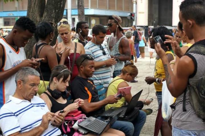 Personas-usando-dispositivos.Foto_Archivo