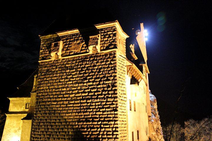 Vista-exterior-del-Castillo-de-Dracula-en-Transilvania-de-noche.-Foto-Rich