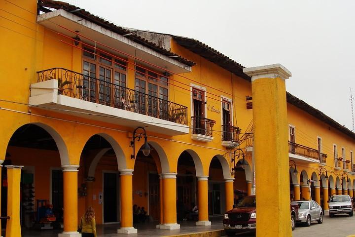 Portales del zócalo de Tlatlauquitepec, Puebla. Foto: Hugo Contreras