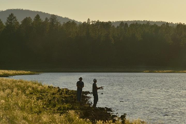 Adultos y niños pueden disfrutar de los campgrouds de Arizona. Foto: Arizona fishing reports