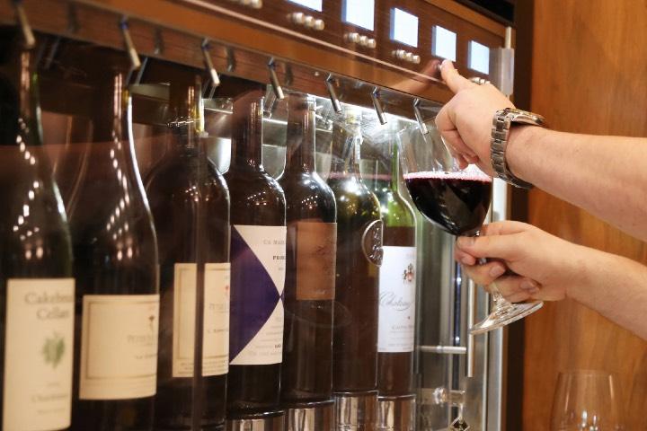 Toma una copa de vino en la Mansión Wrigley. Foto: Az Central