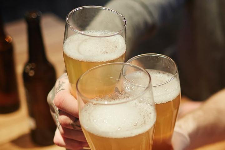 Disfrutar de una cerveza con amigos es una actividad que puedes llevar alrededor del mundo. Foto: Pressmaster