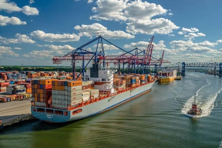 Buque cargando material en el Puerto de Nueva York. Foto: Portal Portuario