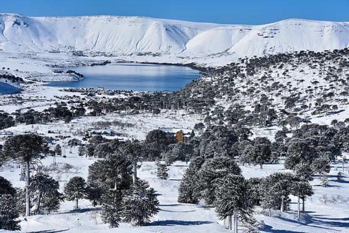 Caviahue es uno de los espacios donde puedes practicar deportes de invierno en Argentina. Foto: Caviahue Ski Resort