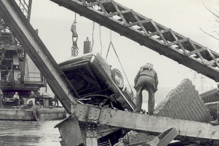 Colapso del puente Point Pleasant: The Columbus Dispatch