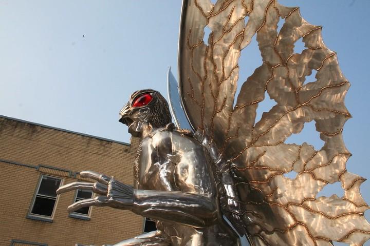 Estatua del hombre polilla. Foto: Jenny Lewelling | Flickr