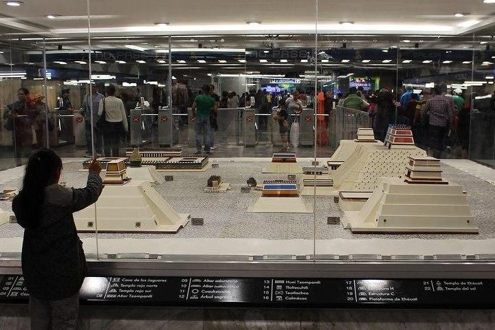 Exposición de maquetas del Zócalo en el Metro de CDMX. Foto: Mx City
