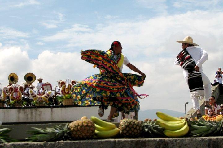 Jarabe Mixteco durante la Guelaguetza. Foto: Punto y Aparte