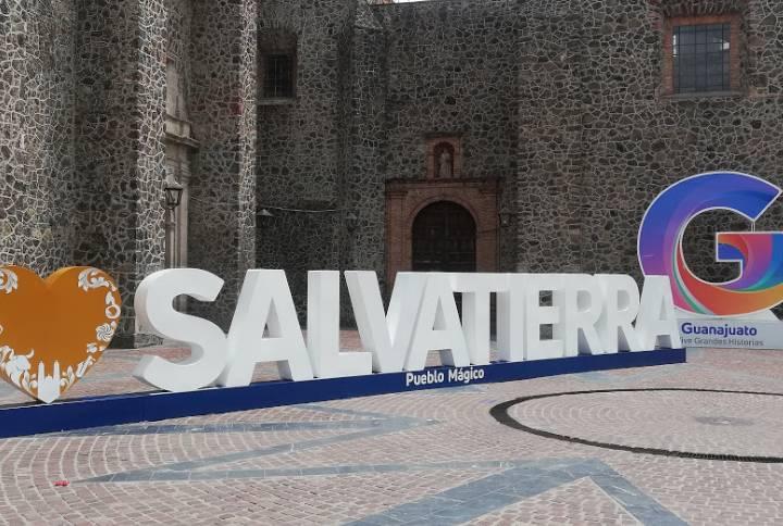 Letras Monumentales y Templo del Carmen - Foto Luis Juárez J.