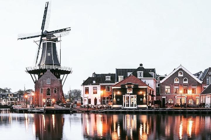 La ciudad de Ámsterdam se adorna con diversos molinos. Foto: Womderlust